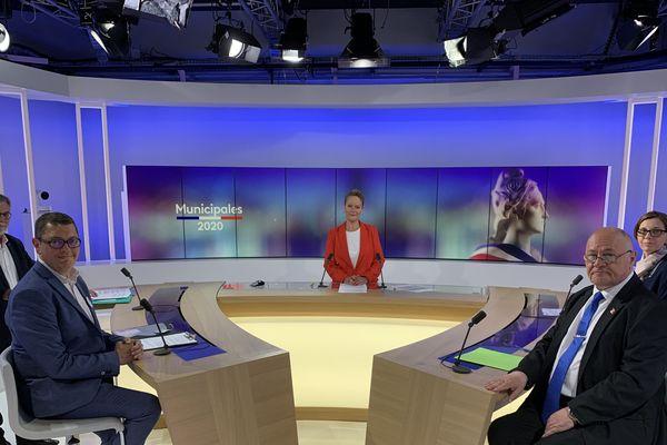 Les quatre candidats qualifiés au second tour des élections municipales de Fagnières (Marne) sur le plateau de France 3 Champagne-Ardenne. De gauche à droite : Denis Fenat (EELV), Michaël Mauvais (sans étiquette), Thierry Besson (RN), Sandrine Antunes (DVD).