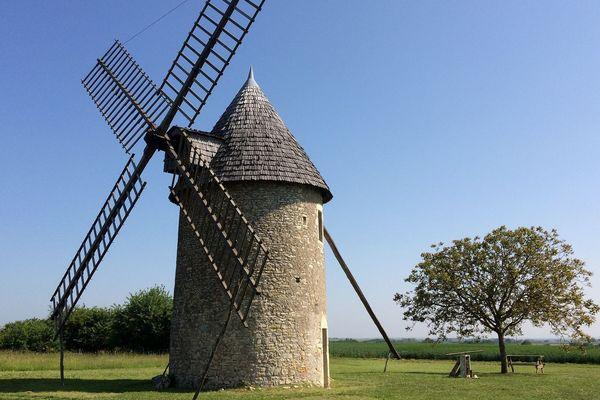 Depuis 1974, l'association Les Gens de Cherves font vivre notamment ce moulin à vent, antérieur à 1750.