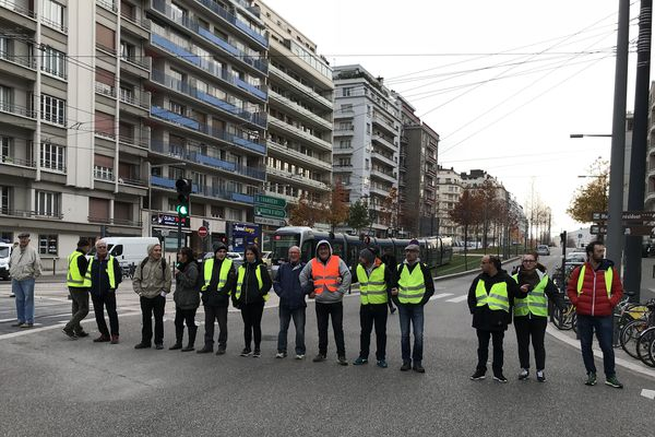 Malgré les consignes de la préfecture, des opérations de blocages sont en cours