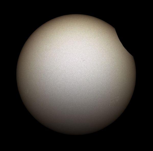 L'éclipse partielle du Soleil telle qu'on pouvait l'observer dans la région lilloise. Elle vient de commencer ce jeudi 10 juin 2021 peu après onze heures.