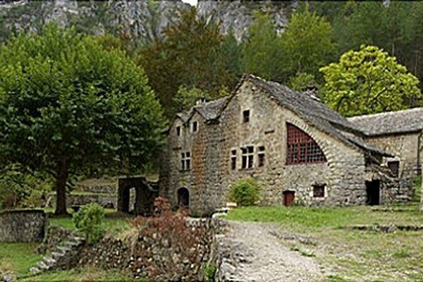 Le hameau de la Croze est un ensemble de maisons anciennes aux toits en lauze dans les gorges du Tarn.