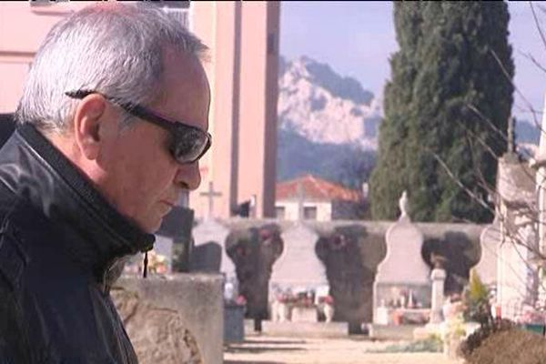 Devant la tombe de son fils, ce père demande aux jeunes d'écouter leurs parents.