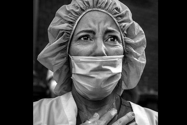 """Erika, infirmière new-yorkaise, parmi les visages et portraits saisis par le photographe franco-américain Peter Turnley lors de son confinement forcé à """"Big Apple """" pour cause de Covid-19 exposés au festival Visa pour l'image 2020."""