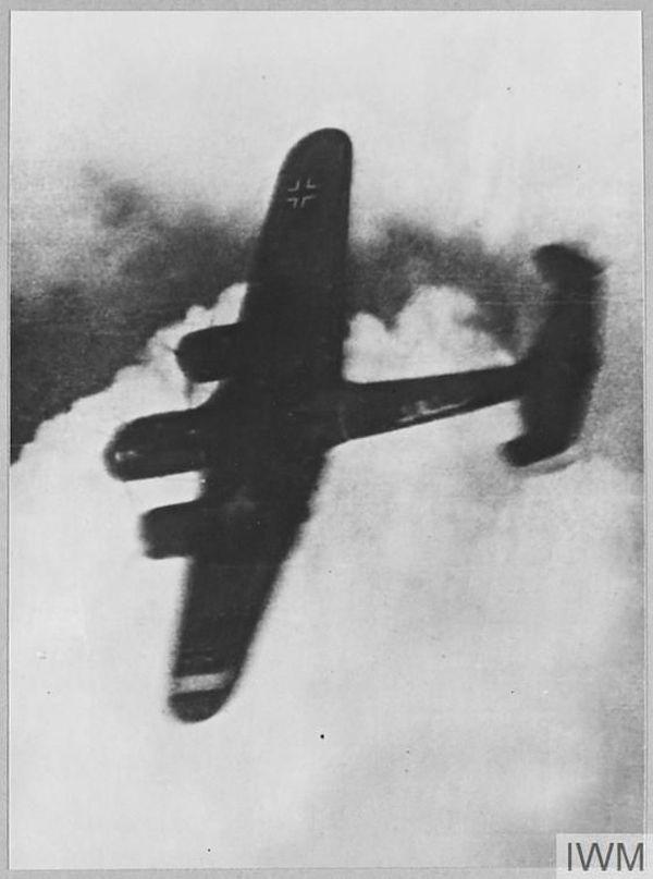Le Dornier de Robert Zehbe, filmé par la caméra d'un Spitfire, avant son crash sur la gare de Victoria Station.