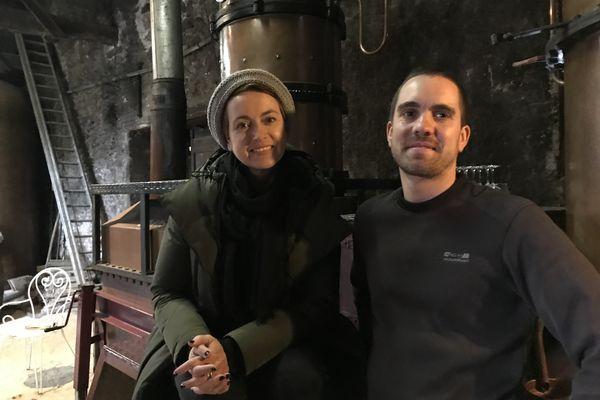 Sophie Jovillard et Rémi Brocardo devant le fameux alambic, une machine ancestrale, dont les bouilleurs de cru et distillateurs se servent pour transformer le vin en eau-de-vie.