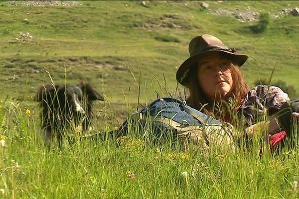 Gwen, jolie bergère dans les bras des montagnes de Roubion