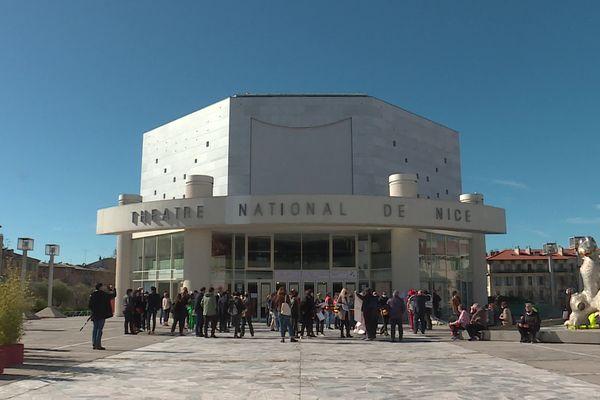 Un collectif d'intermittents du spectacle et de représentants de la CGT spectacle se sont réunis sur le parvis du Théâtre national de Nice ce lundi 15 mars à 10h00.