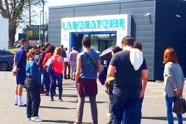 Les laboratoires, médecins et pharmacies pris d'assaut face à la recrudescence des cas identifiés en Dordogne.