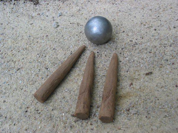 Le rampeau, jeu de quilles à trois, est populaire dans le Périgord