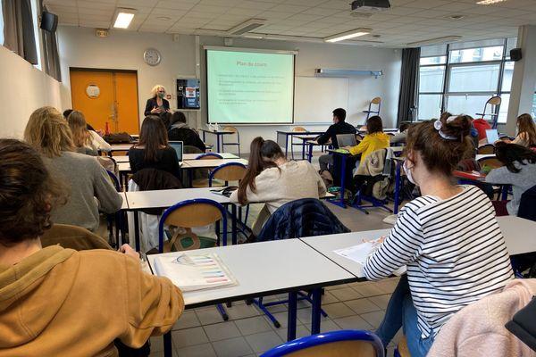 Malgré l'interdiction, cette professeure a invité ses étudiants à suivre son cours en présentiel, à l'UBS Lorient.