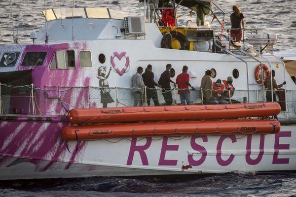 Migrants à bord du navire Louise Michel affrété par l'artiste britannique Banksy pendant l'opération de sauvetage le 29 août 2020.
