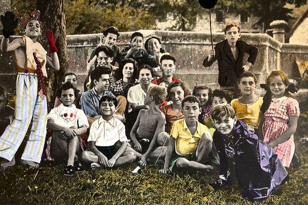 La fameuse photo des enfants d'Izieu colorisée et décorée de tissus par Olivier Camen.
