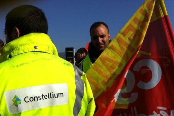 Après un septième suicide en quatre ans parmi les salariés de Constellium à Issoire, la CGT tient une conférence de presse devant l'usine.