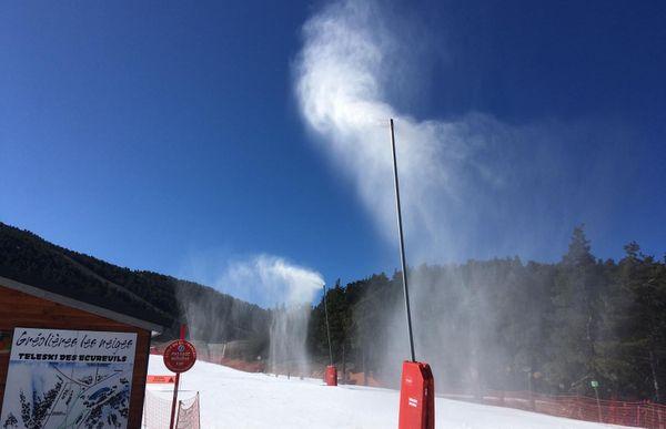 Les canons à neige tournent à plein régime à Gréolières-les-Neiges.