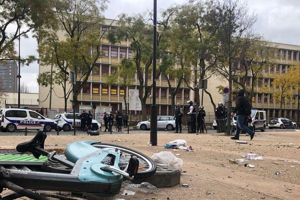 Devant le lycée François-Villon, à Paris, le 5 décembre 2018.