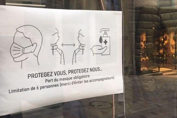 Beaucoup de commerces affichent les nouvelles règles : port du masque obligatoire.
