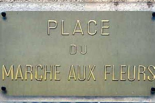 La place du marché aux fleurs de Montpellier, maintenant dédiée aux cafés, a autrefois abrité un marché végétal.