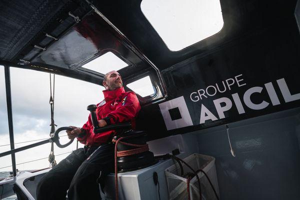 """Damien Seguin va terminer la saison 2021 à bord de l'Imoca Apicil avec lequel il a fini le Vendée Globe. Puis il changera de bateau pour un foiler et fera la Route du Rhum (2022) """"en version bateau volant""""."""