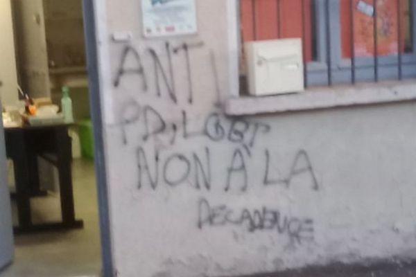 """""""Anti PD, LGBT non à la décadence"""". C'est une première à Perpignan et les adhérents sont choqués par ce tag homophobe. L'association a décidé de porter plainte."""
