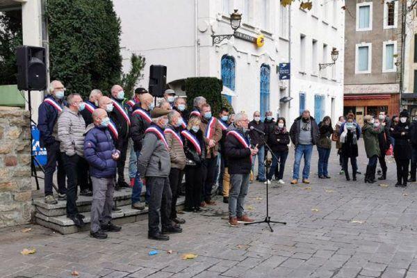 Les élus locaux réunis place de la mairie à Ax-les-Thermes (Ariège).