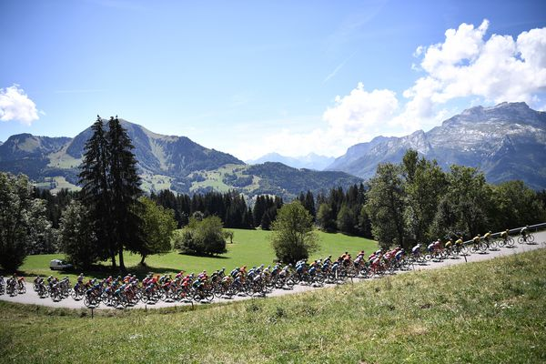 Illustration. Le passage du peloton du Criterium du Dauphiné dans les Alpes, en 2020.