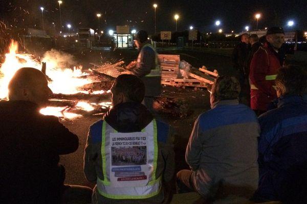 Les salariés de GM&S ont passé une nuit blanche devant l'usine PSA de Poissy