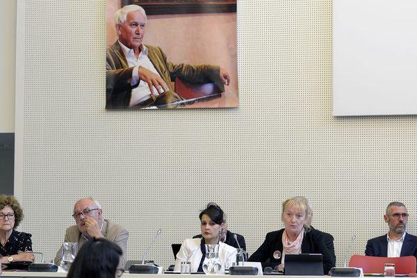 Au dessus ce conseil municipal extraordinaire, l'image de Jean-Claude Boulard.
