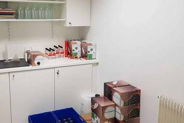 La solution hydroalcoolique est vendue dans des cubis de vin. Le personnel de la pharmacie doit ensuite la transvaser dans des flacons.