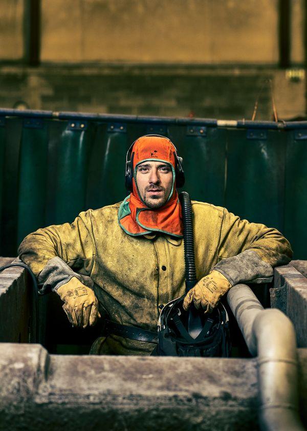 """Devant l'objectif d'Olivier Toussaint, Antony soudeur chez ArcelorMittal. Une des cent photographies réunis dans le livre """"20% Profils Ouvriers"""" paru aux Editions La Paulette"""