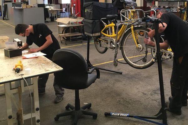 Depuis fin février, sept travailleurs en situation de handicap s'occupent de la maintenance des vélos de La Poste dans les Ardennes.