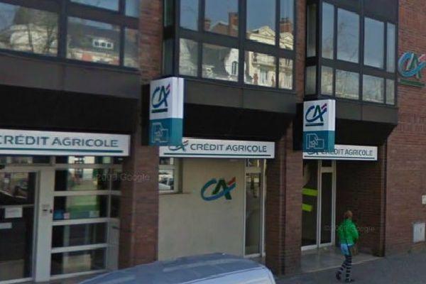 C'est devant cette agence bancaire du Crédit Agricole de Péronne que l'homme s'est attaché à un poteau.