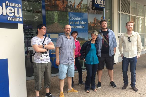 Les salariés de France Bleu Maine étaient en grève ce matin devant leurs locaux au centre-ville du Mans.