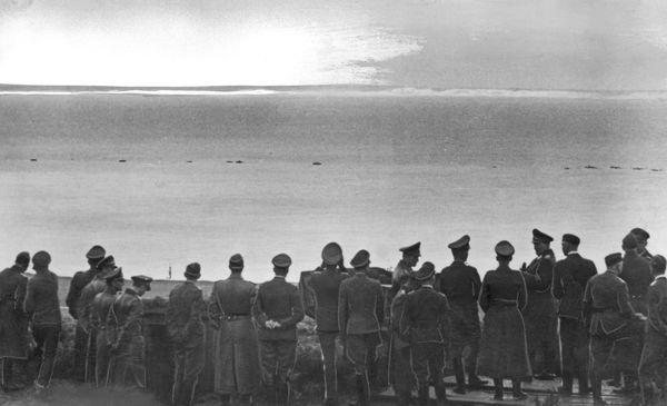 Hermann Göring et des officiers allemands scrutant les falaises anglaises depuis le cap Blanc-Nez, dans le Pas-de-Calais, en septembre 1940.