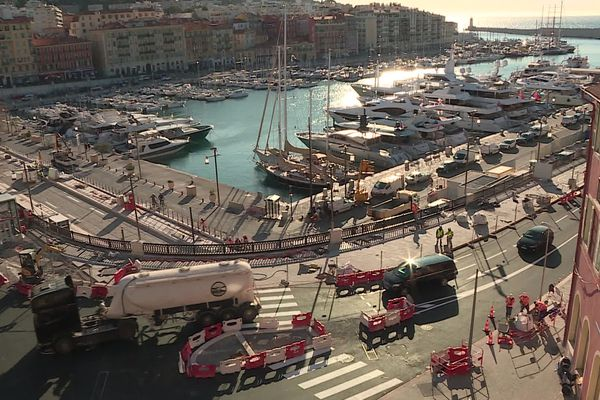 Vue du port de Nice encore en travaux.