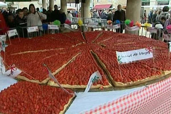Tarte géante à la fraise (3m de diamètre) offerte aux visiteurs de la fête à la fraise de Vergt.
