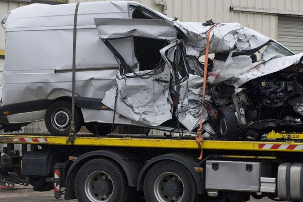 L'épave du minibus accidenté le 24 mars 2016, A son bord 12 passagers sont décédés.