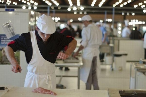 Thiéfaine Géry, le jeune boucher auvergnat, a terminé 3ème du concours aux Olympiades des Métiers qui se déroulaient du 22 au 24 novembre à la Grande Halle d'Auvergne à Cournon.