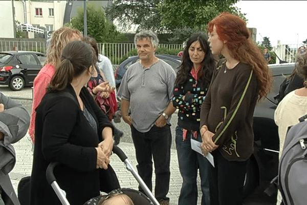 Les parents d'élèves de la filière bilingue du collège Iroise manifestaient ce lundi pour demandé le retour d'une enseignante de l'établissement récemment mutée à Versailles.