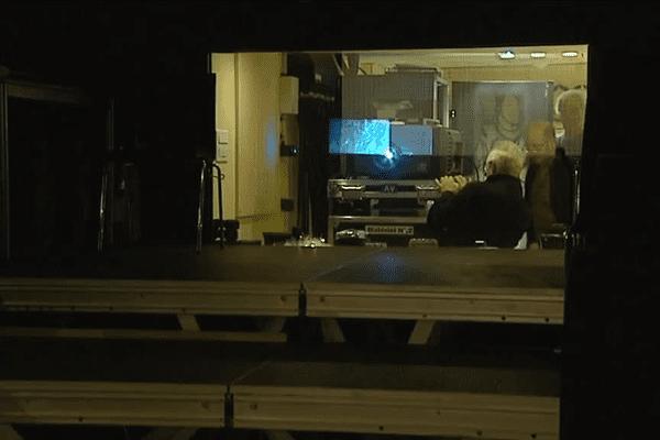 Michel et Gilbert, deux projectionnistes bénévoles s'activent pour préparer la séance à venir- Le 15/09/2015 à St Laurent de Chamousset (69)