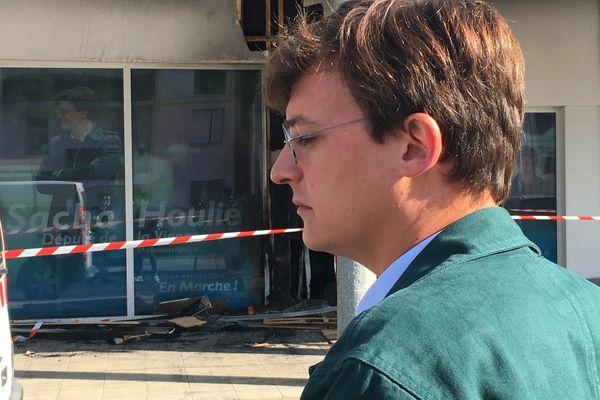 Le député La République en Marche, Sacha Houlié, constate les dégâts après l'incendie de sa permanence dans le quartier des Trois Cités à Poitiers.
