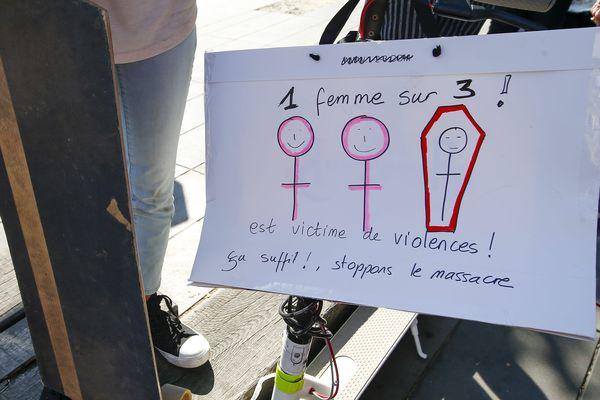 """""""Stop féminicide"""" : manifestation à Paris contre les violences faites aux femmes"""