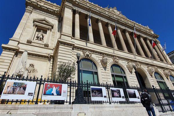Une vingtaine de photographies sont exposées sur les grilles du Palais de la Bourse.