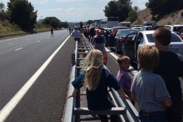 Les automobilistes bloqués sur l'autoroute patientent.