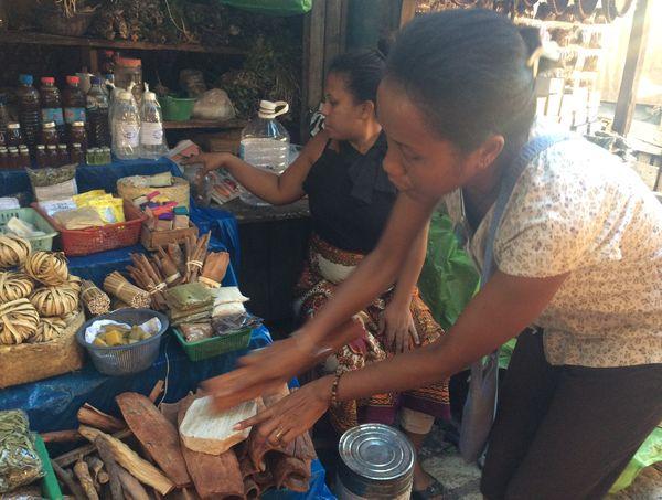 Rondro, notre guide, devant une échoppe du marché de Marunja