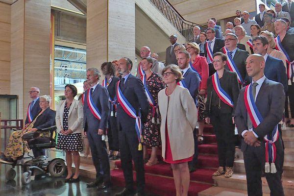5 juillet 2020- Edouard Philippe, ses adjoints au maire et une partie du conseil municipal prennent la pose pour les photographes en bas des escaliers de l'hôtel de ville du Havre. A sa gauche: Agnès Firmin Le Bodo, député Agir et conseillère municipale