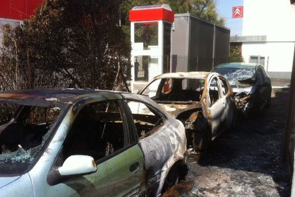 Après avoir braqué la caisse, les 2 malfaiteurs ont incendié le garage.