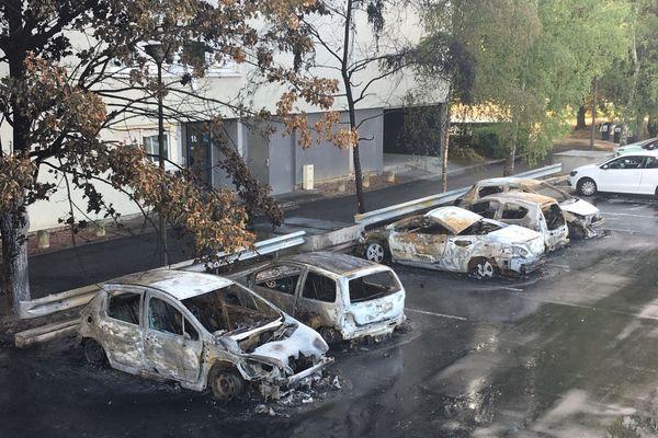 Des voitures ont été complètement brûlées à la suite d'émeutes dans le quartier Croix-Rouge de Reims