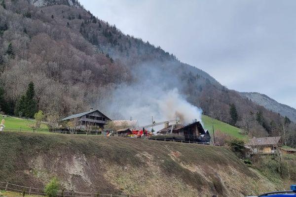 L'incendie a provoqué un important dégagement de fumée aux environs de Thônes (Haute-Savoie).