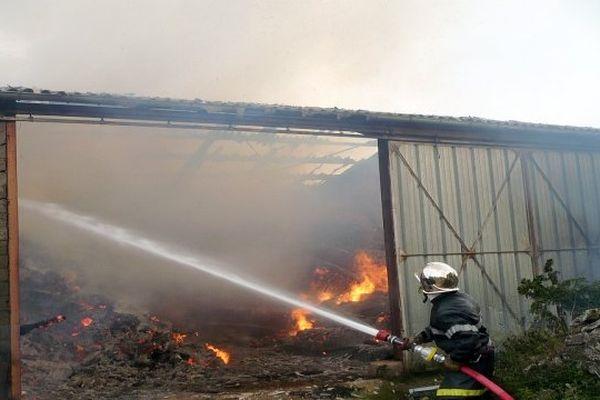 Les Vignes (Lozère) - le hangar en feu - 19 juin 2013.