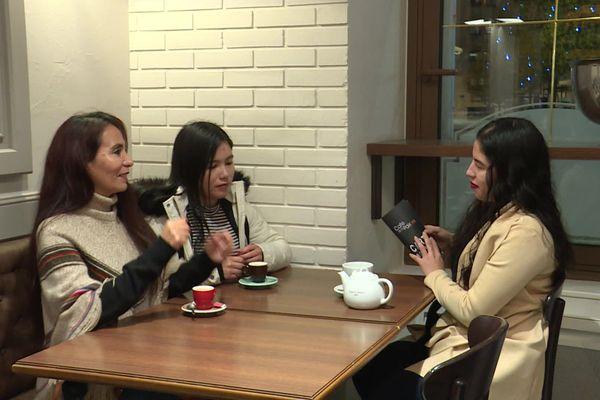 Trois étudiantes d'Amérique du sud se retrouvent dans un café à Poitiers. Elles attendent beaucoup des rencontres avec les familles poitevines.